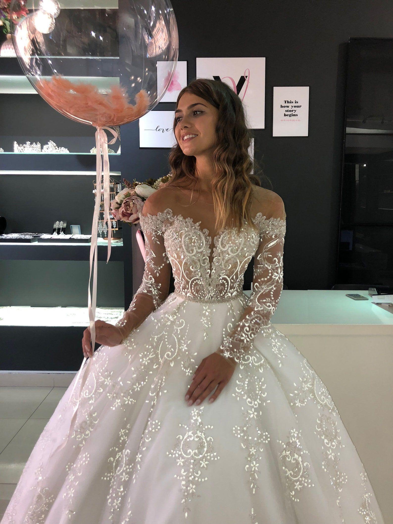Batist By Olivia Bottega Full Skirt Glittered Wedding Dress Wedding Gown With Glitter Sparkling Wedding Dress Fairy Tale Wedding In 2021 Sparkle Wedding Dress Pretty Wedding Dresses Wedding Dress Long Sleeve [ 2117 x 1588 Pixel ]