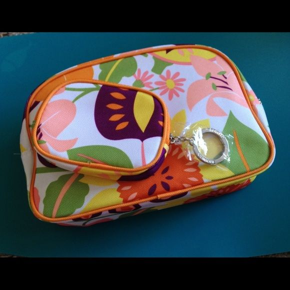 CLINIQUE Cosmetic Bag with Bonus Key Purse NEW Brand new, two piece set, still wrapped in plastic and tissue. Smaller pouch can hold cash or credit card, drivers license etc. also has a ring for your keys. CLINIQUE Clinique Bags Cosmetic Bags & Cases