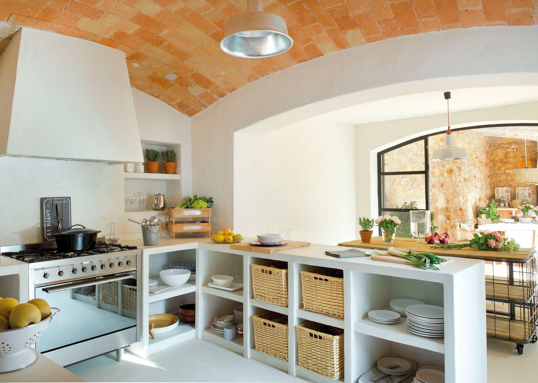 Cocina con muebles de obra, techos abovedados, campana de obra y ...