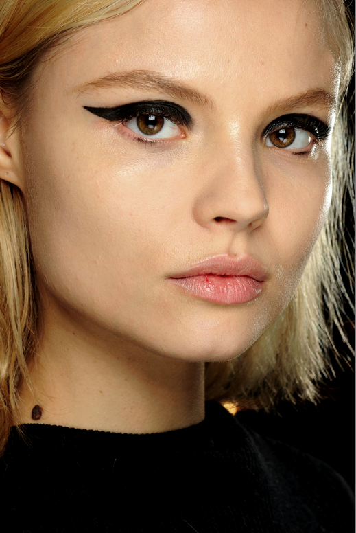 LE FASHION BLOG GRAPHIC EYES BACKSTAGE BEAUTY MALGOSIA WINGED CAT EYE LINER NUDE LIPS BLUNT HAIR CUT LANVIN 1