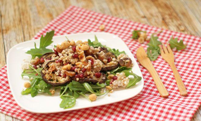 Aubergine granaatappel salade is een verrassende en smaakvolle combinatie samen met geitenkaas, dadels en hazelnoten.