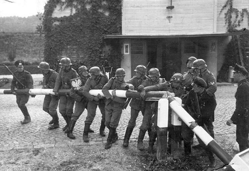 Tropas alemanas rompen la barrera de la frontera con polonia, empieza la invasion