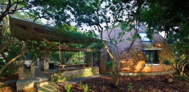 Une maison dôme en bois massif au milieu d\u0027un jardin de litchi en