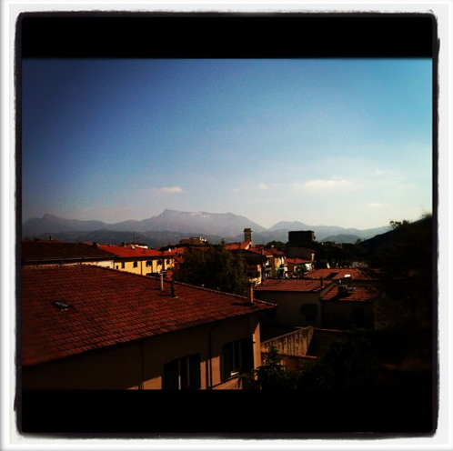 Viareggio, vista delle Apuane. Le Alpi Apuane sono una