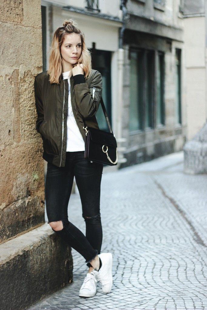 Alltagslook: Zara Bomberjacke, Ripped Jeans und Sneakers