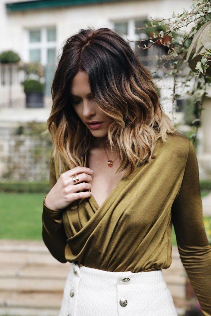 Mittellange Ombre Haare mit Mittelscheitel, weißer Rock und grüne bluse mit V-Ausschnitt #ombrehair #mittellangeröcke