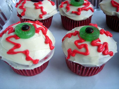 Halloween Bloodshot Eye Cupcakes Holidays, Halloween ideas and Food - how to decorate cupcakes for halloween
