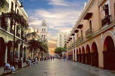 Vista de la calle Zamora, a un costado del Zócalo de Veracruz puerto :-) Buena librería en la esquina con callejón de Miranda.