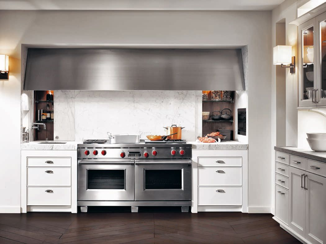 The Base Cabinets Units Which Are Arranged Symmetrically To The Right And Left Of The Range Cooker A Classic Kitchens Kitchen Solutions Luxury Kitchen Design