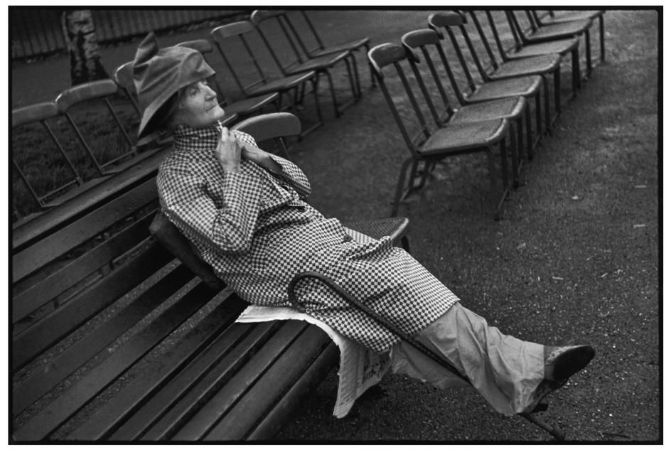 Henri Cartier-Bresson - London, Hyde Park in the grey drizzle (1937)