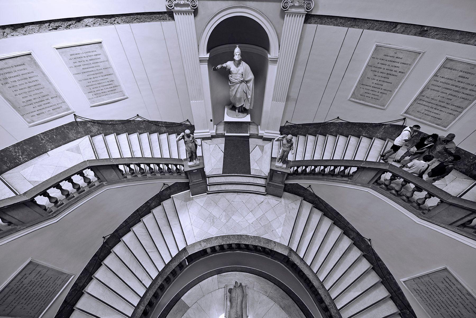 Escaleras del Museo Arqueológico de Nápoles