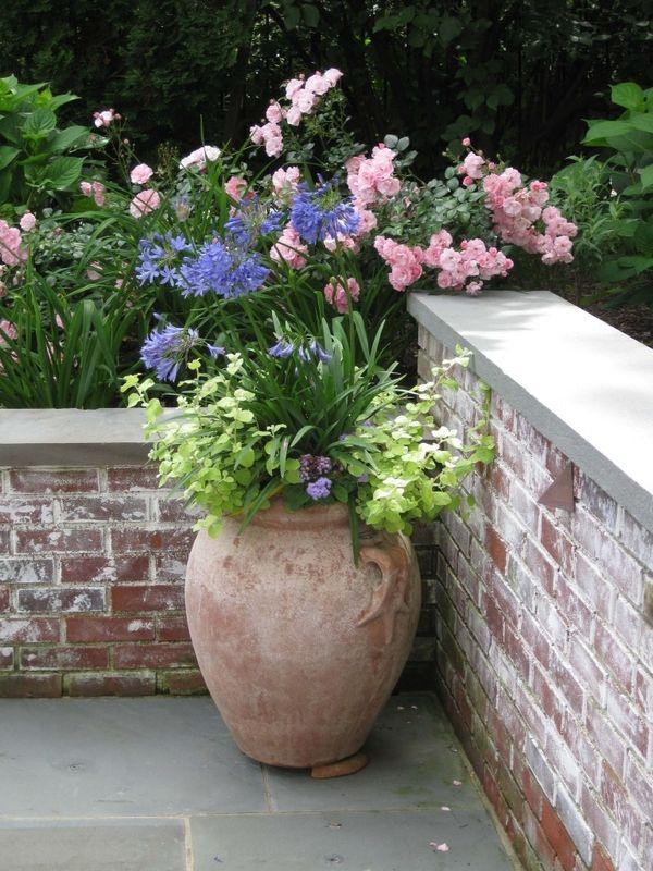 Las tinajas de barro quedan muy elegantes en las esquinas for Tinajas de barro para jardin