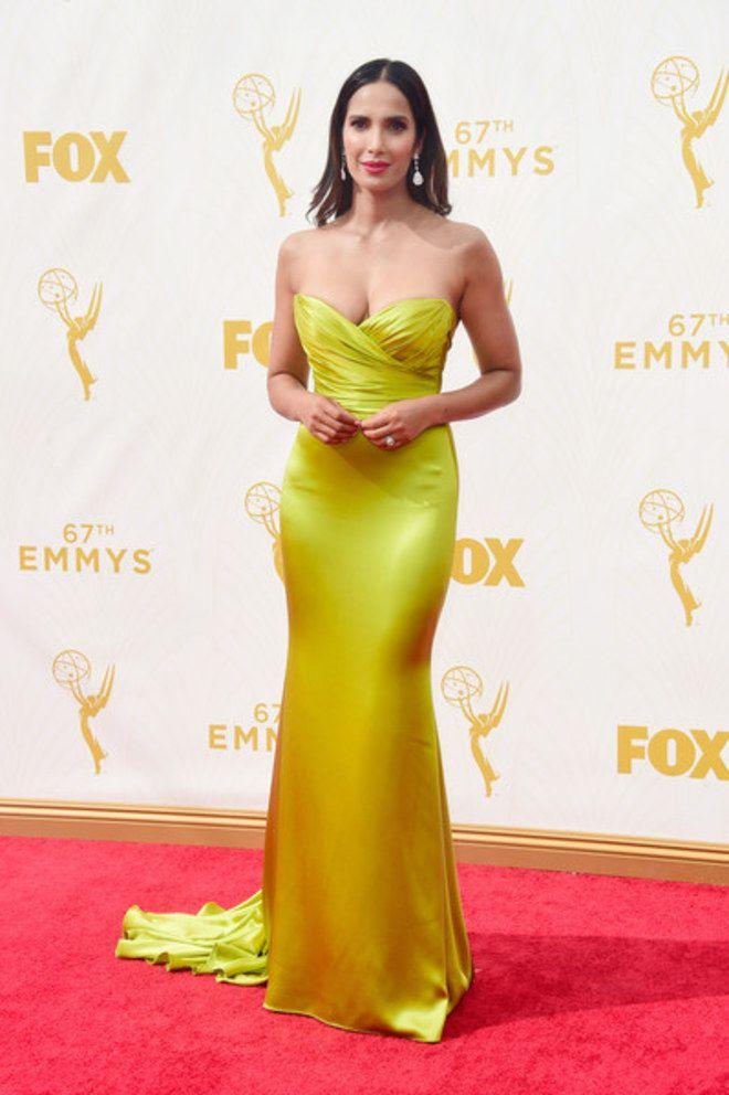 Padma Lakshmi vestindo Romona Keveza, Emmy Awards 2015