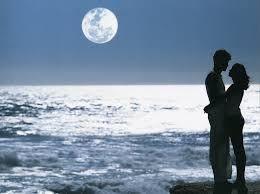A la luz de la luna te digo que siempre seras el amor de mi vida ......
