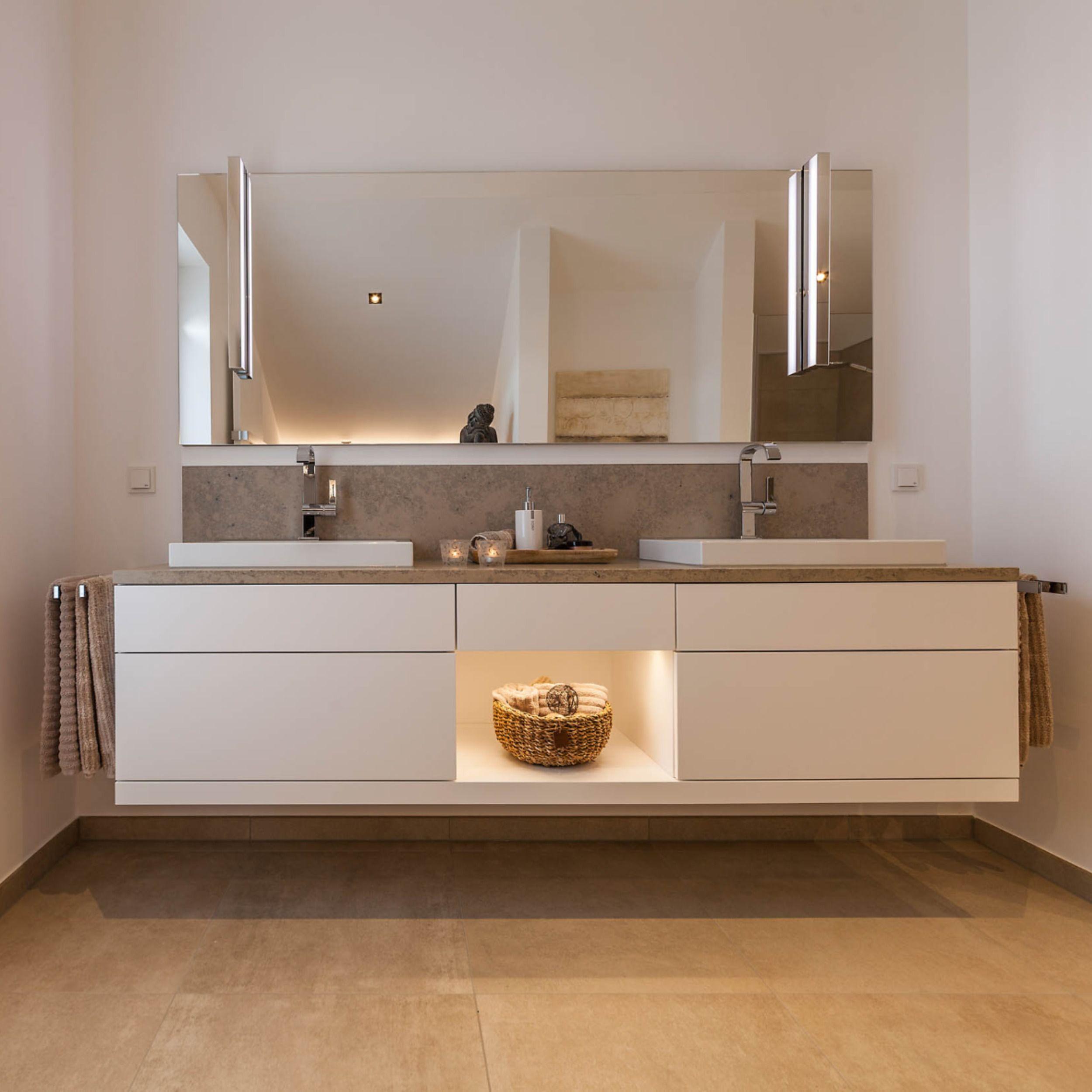 Badezimmer Mit Grossem Doppelwaschtisch Einbauschranken Led Beleuchtung Begehbare D In 2020 Badezimmer Unterschrank Bad Doppelwaschtisch Badezimmer Unterschrank Holz