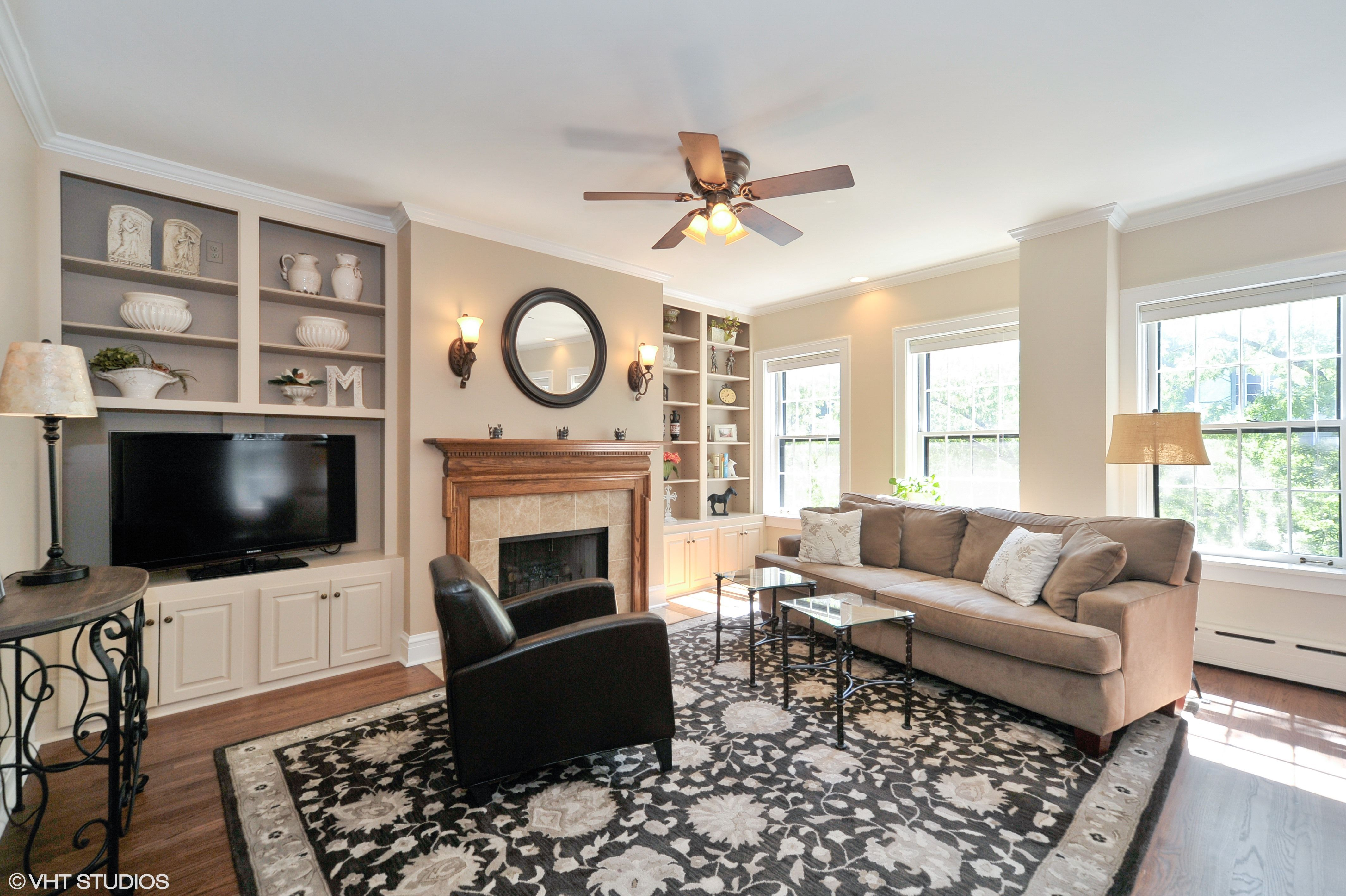 This contemporary condo for rent in Lincoln Park has a