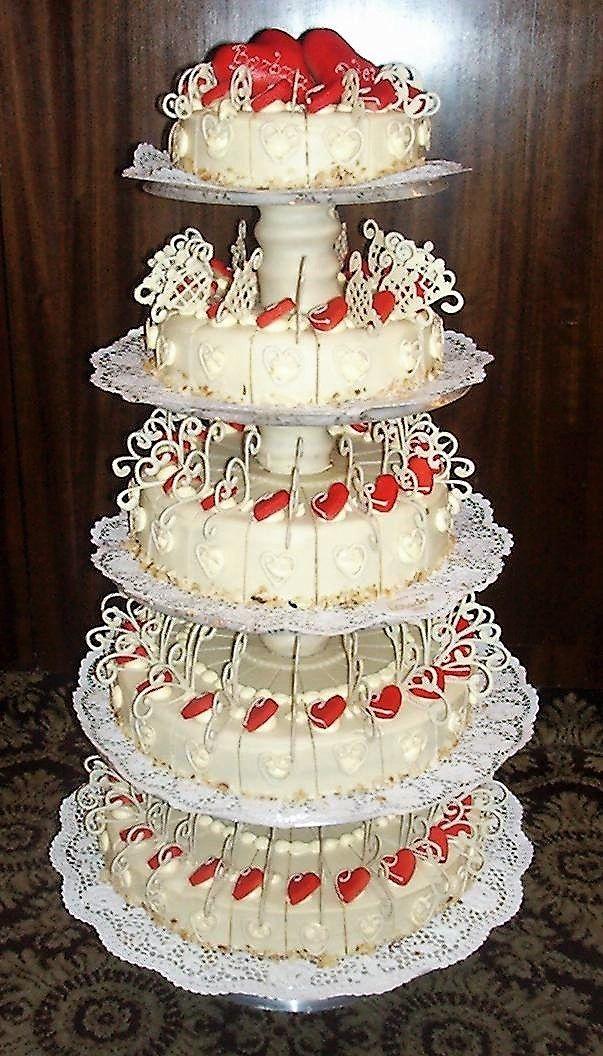 Hochzeitstorte mit weier Schokolade berzogen und roten