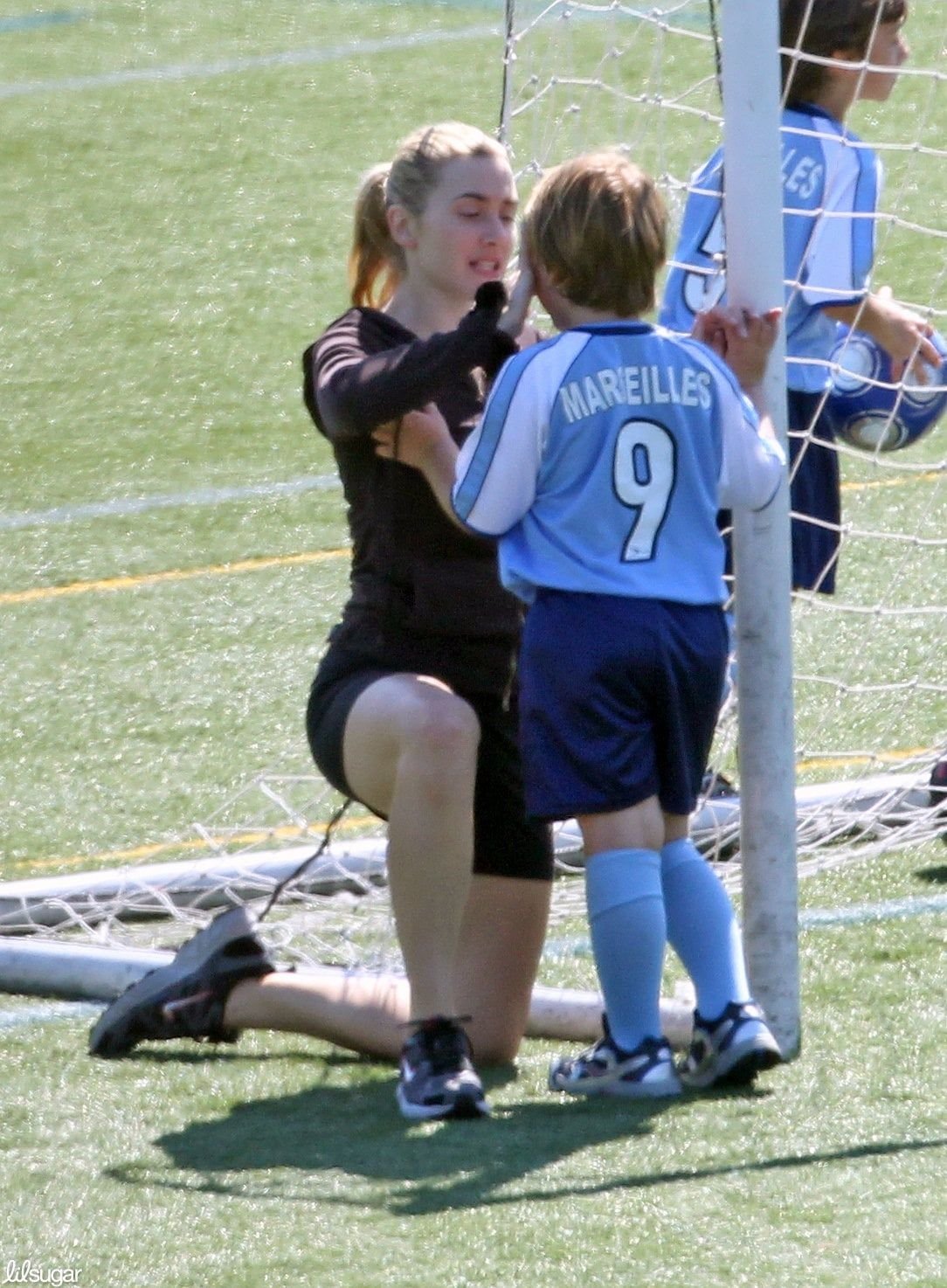 Hollywood Soccer Moms Go Easily From The Red Carpet To The Sidelines In 2020 Kate Winslet Kate Winslate Play Soccer