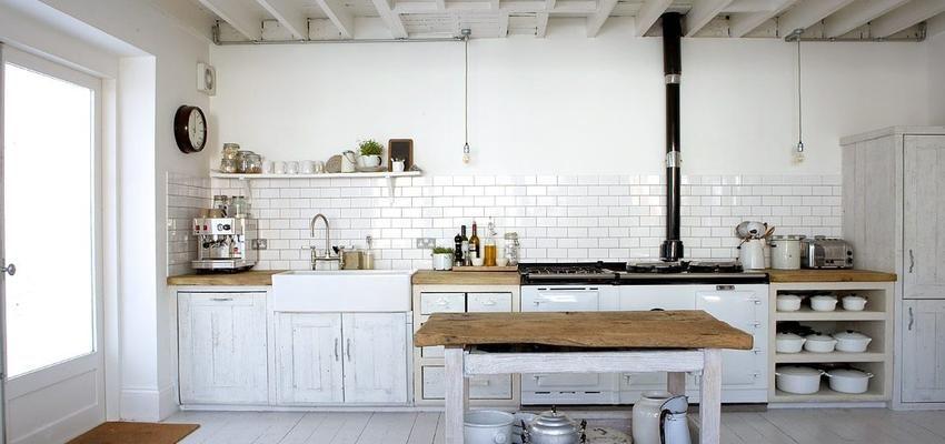 Cocina estilo rustico color blanco, negro, bronce diseñado por ...