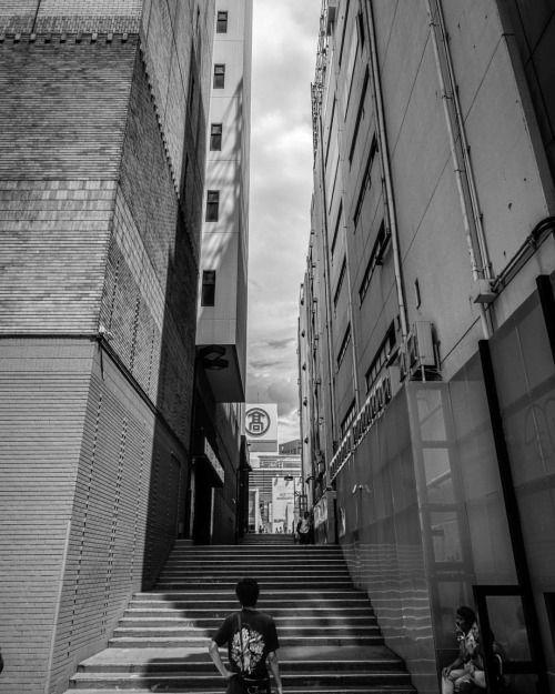 nichijoukuroshiro:  建物の間の階段#bw #blackandwhite #blackandwhitephotography #monochrome #japan #yokohama #city #stairs #buildings #sky #clouds #sony #sonyrx100 #sonyrx100iv #sonyrx100m4