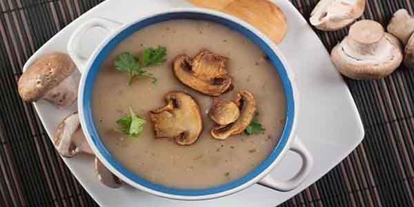 Sopa de cogumelos Sou uma grande fã de cremes e sopas, por isso, quando me deparei com esta pequena receita de sopa de cogumelos , achei que valia a pena...