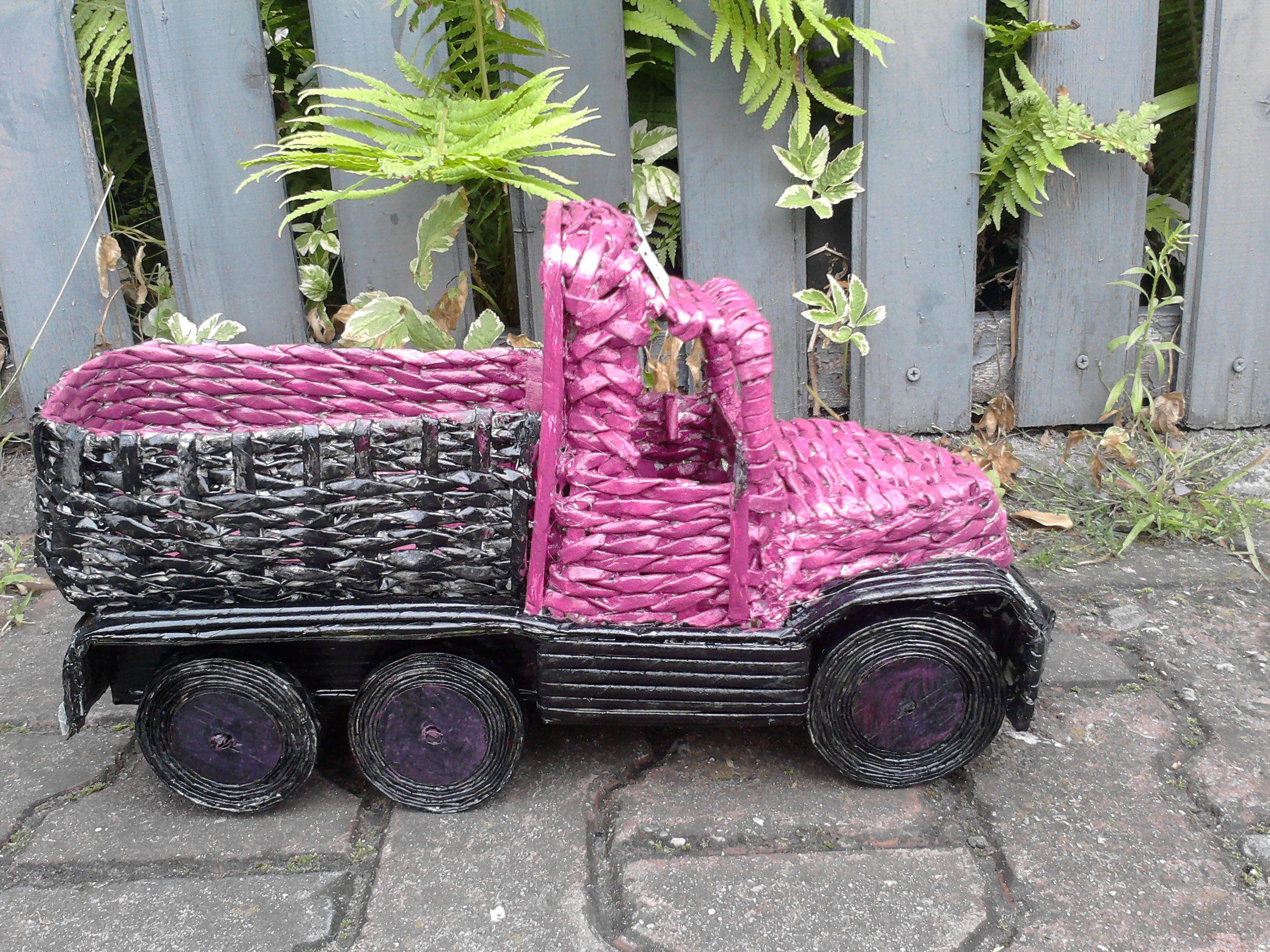 Ciężarówka z papierowej wikliny.