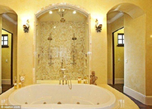 Revestimento em LIMESTONE banheiro Vincent Chase série Entourage #RevestimentoLimestone #RevestimentoDeLimestone #RevestimentoEmLimestone