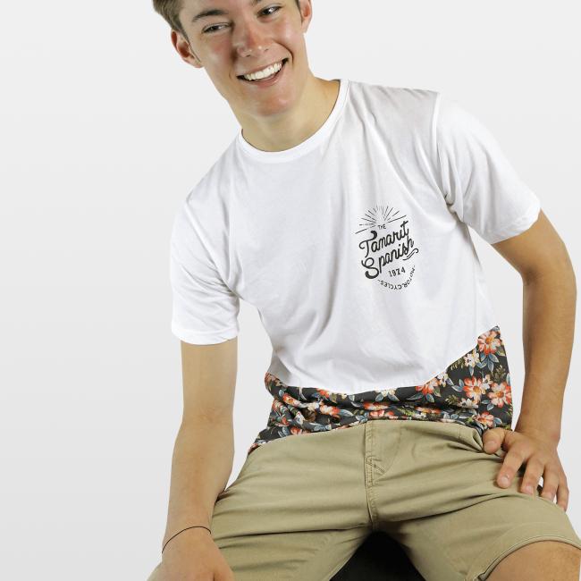CAMISETA FLORES INFERIOR BLANCA Camiseta 100% algodón fabricada en España, con los mejores materiales. Serigrafiadas con tintas de alta calidad.     Incluye caja de cartón y 3 pegatinas.