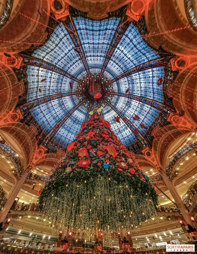 Paris Galeries Lafayette Haussmann Opens Christmas Windows And Tree 2020 Pictures And Video Christmas In Paris Traditional Christmas Tree Tree