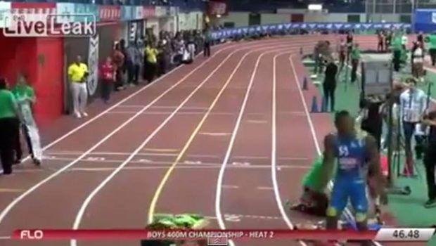 Garota distraída derruba os competidores de uma prova de atletismo