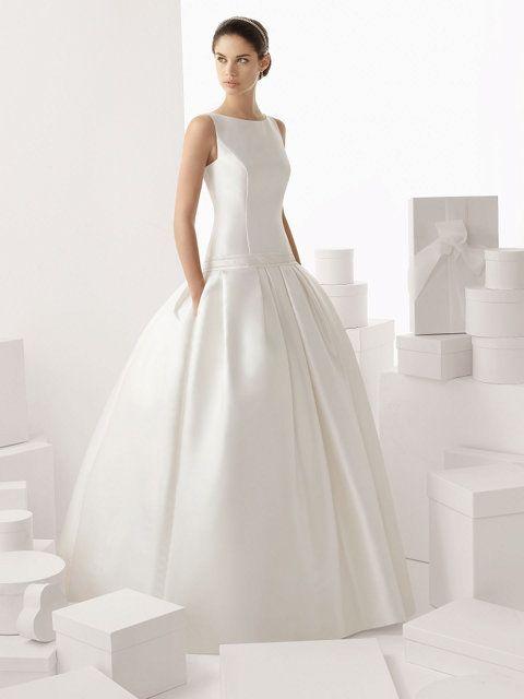 vestido de novia en mikado de seda, tirantes amplios, cuello bandeja