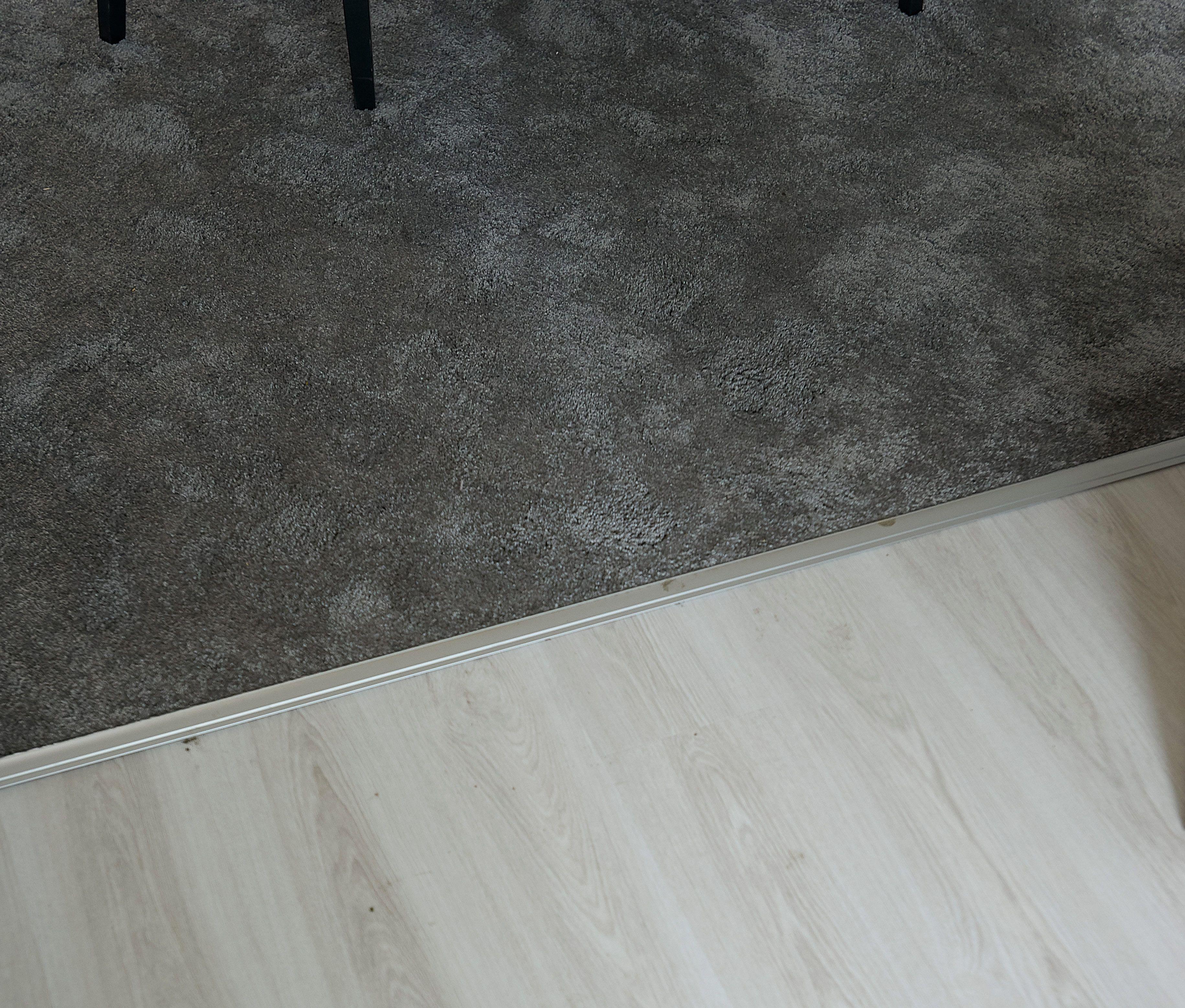 b67acb4d033075 Het grijze tapijt  Leetsdale  van Kwantum voelt zacht aan de voeten en  geeft direct
