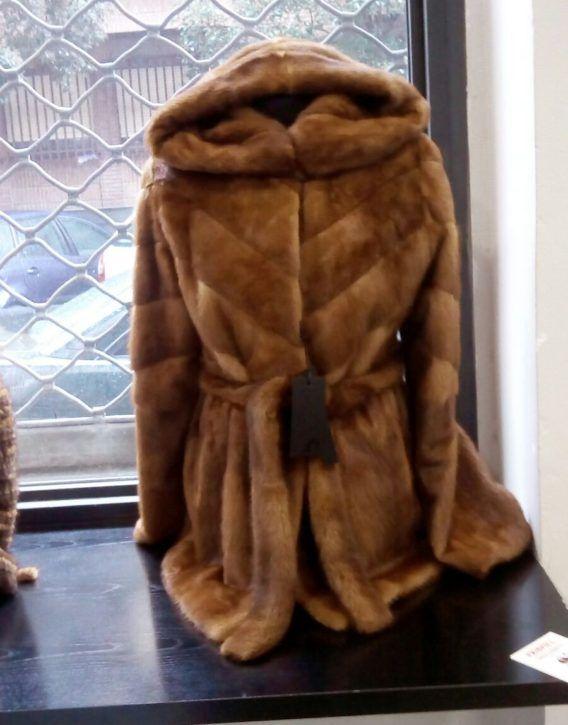 gran selección de f96ac b1c7a Chaqueton de lomos de vison moderno con capucha y cinturón ...