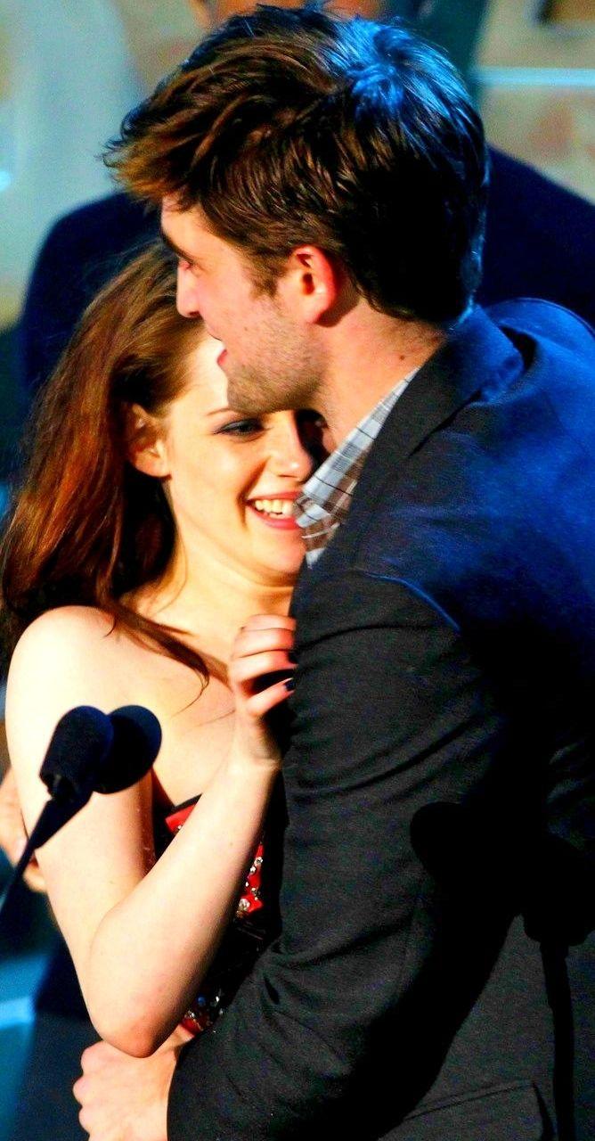 2011 MTV Movie Awards [HQ] - Robert Pattinson Photo