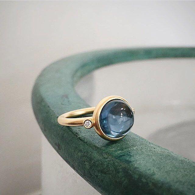 ⭐️ Vi er vilde med Julie Sandlau.  Denne ring er dekoreret med facetslebne, klare zirkoner og med en safirblå krystal. Den perfekte ring!  Se alle vores smykker fra Julie Sandlau på vores webshop. Link i bio!