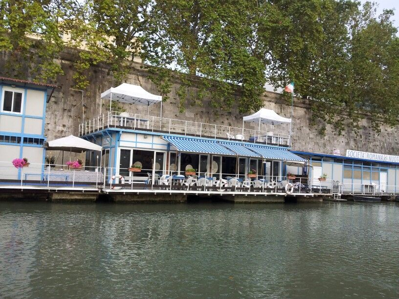 A bar on the boat - fiume Tevere - Roma
