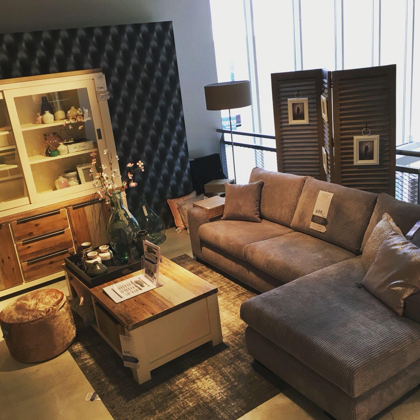 Stoere landelijke woonkamer wit met steigerhouten deuren en een heerlijke hoekbank met ribstof - Woonkamer met hoekbank ...