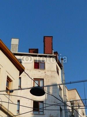 Wohnhäuser und Straßenbeleuchtung in Istanbul Beyoglu am Bosporus in der Türkei