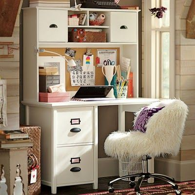 Asegúrate de tener un mueble de escritorio que cuente con el espacio suficiente para tus necesidades y una silla que te brinde toda la comodidad posible para que realices tus funciones, sin agotarte y con tranquilidad. #decoracion #nuestroladodeco #estrenarvivienda #viviendanueva #muebles #diseño #decorar #estudio