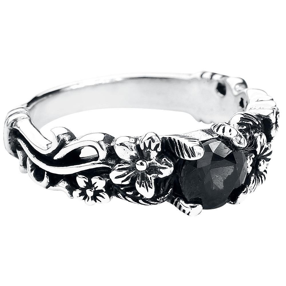 Black Flower -sormuksessa on kauniita kukkia sormesi koristukseksi. Keskellä on kimaltava kivi, joka antaa sormukselle mystistä tyyliä.