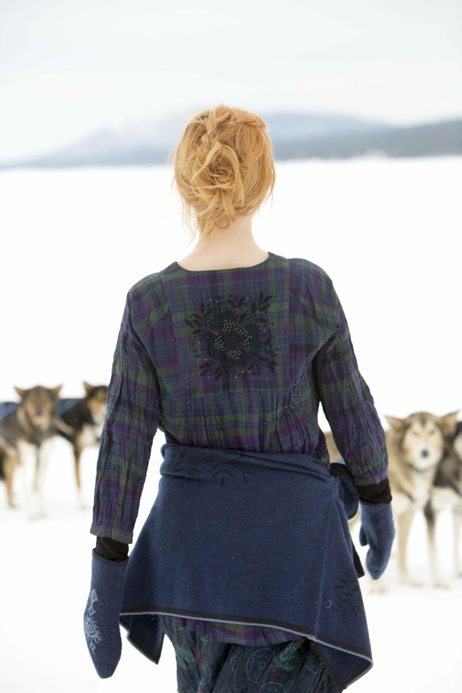 Gudrun Sjödéns Winterkollektion 2014 - Die Damenbluse aus Öko-Baumwolle mit Karomuster verzaubert mit einer zauberhaften Stickerei auf dem Rücken. Erhältlich in aubergine, indigo und aschgrau.