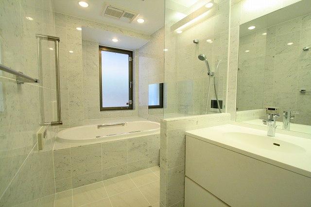 ボード ガラス壁バスルーム のピン