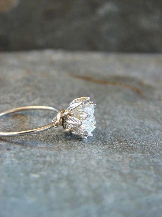 Herkimer Diamant-Ring roh; Cluster zusammen, um eine blühende Blume, meine Signatur-Design zu bilden. Hochzeitstag für sie vielleicht. Dies ist mein neuestes Design-Start, als ich die Einstellung eine zweite Schicht hinzugefügt haben. Die innere Tasse schwebt leicht innerhalb der äußeren. Seine