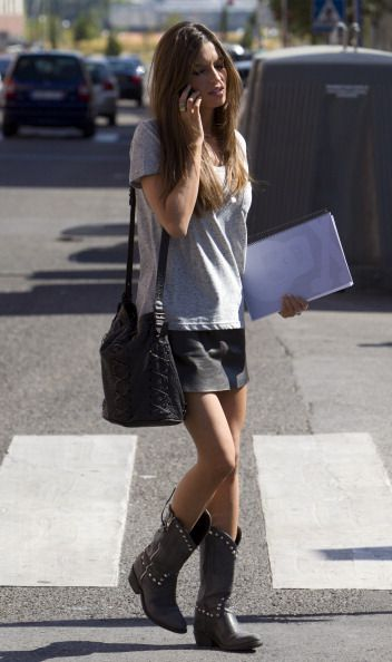 Sara Carbonero | Vestido con botas, Moda estilo y Moda faldas