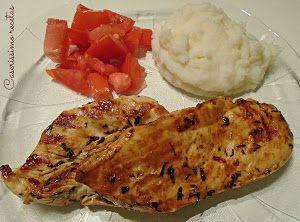 El secreto de esta receta de CASERISSIMO RECETAS es que deja macerar las pechugas de pollo con limón y especias antes de cocinarlas a la plancha.