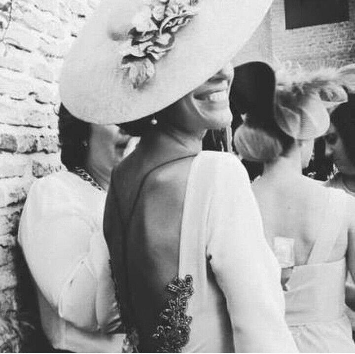 Los 8 looks de invitadas para acertar – Las bodas de Tatín Espalda al aire y pamelón