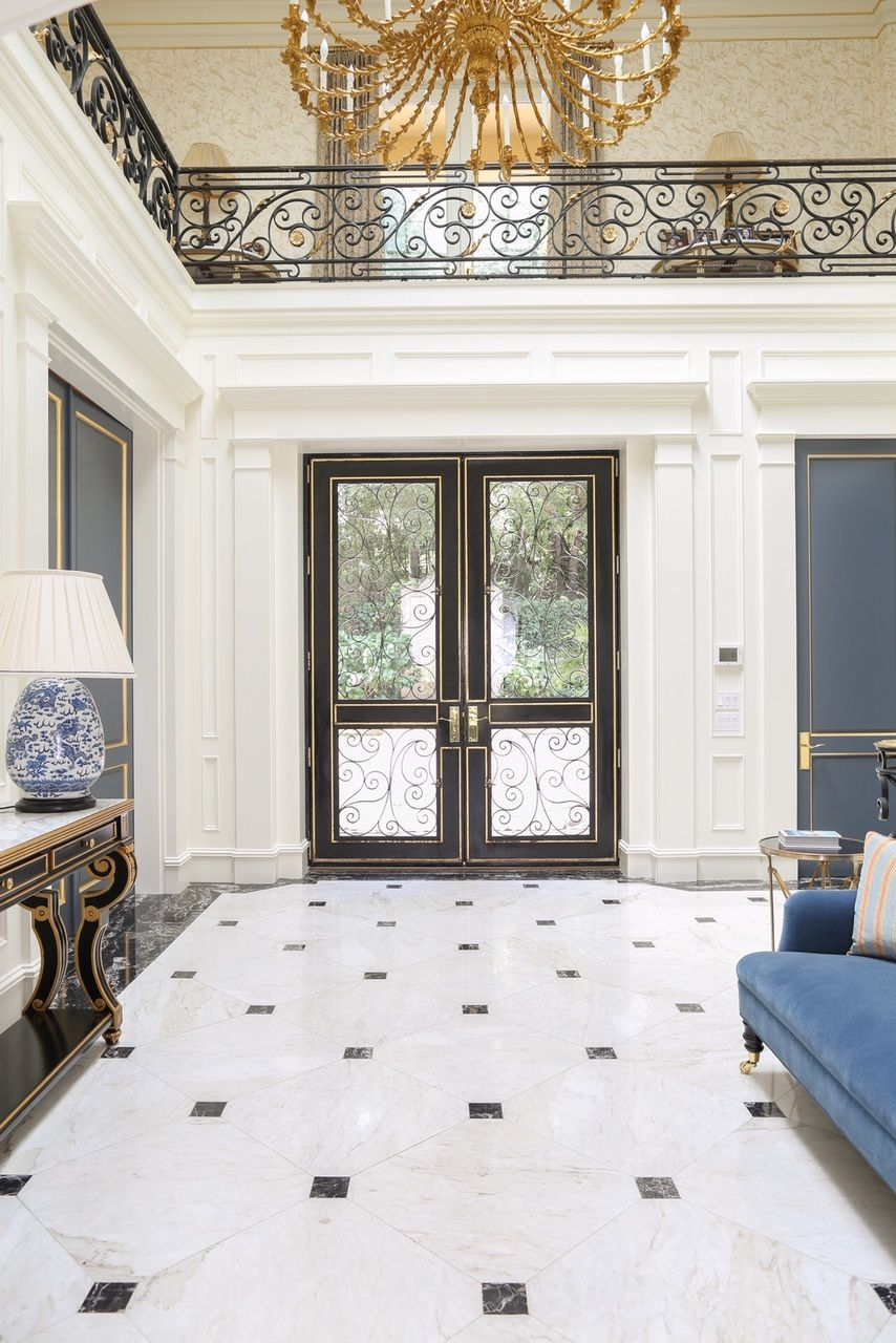 Designer Philippa Radon Transformed This Bel Air Mansion Into A Contemporary Work Of Art Combining The Classic In 2020 With Images Bel Air Mansion White Marble Floor Marble House