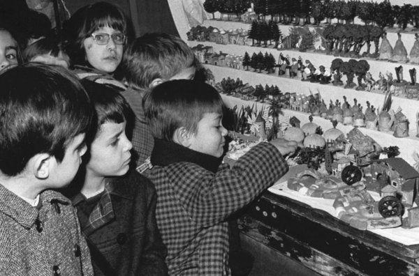 Fira de Santa Llúcia. Barcelona. 1968. Pérez de Rozas. http://www.lavanguardia.com/fotos/19681213/54239929657/fira-de-santa-llucia-barcelona-1968.html