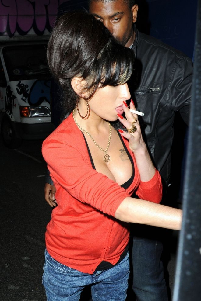 b077c95c2dbf0620f9e948115f512cb4--amy-winehouse-smoking.jpg (660×990)