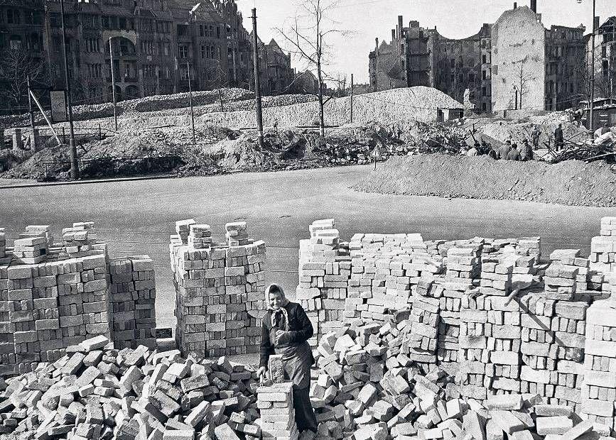 """1946 Trummerfrauen am """"Bayerischen Platz"""""""